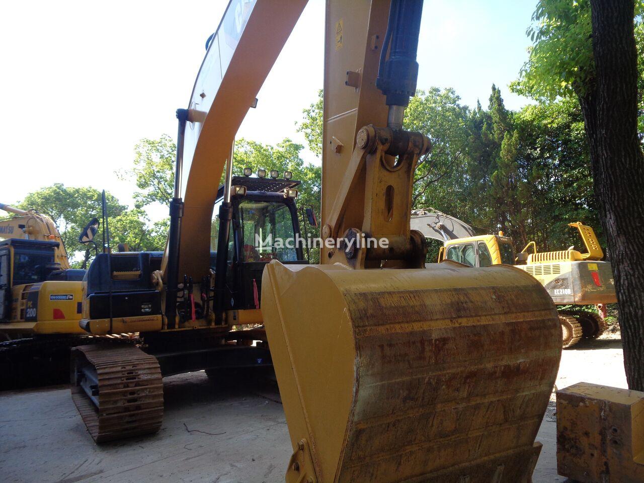 excavator dengan track CATERPILLAR 320D